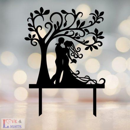 Menyasszony vőlegény fa alatt mintás esküvői tortadísz
