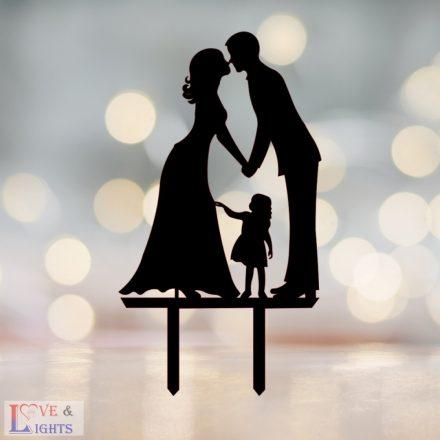 Menyasszony vőlegény kislánnyal mintás esküvői tortadísz -2