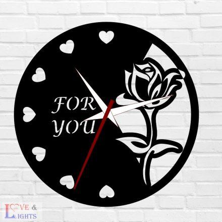 Rózsa szívekkel mintás egyedi feliratos óra