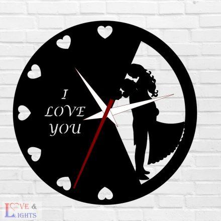 Szerelmes pár szívekkel mintás egyedi feliratos óra