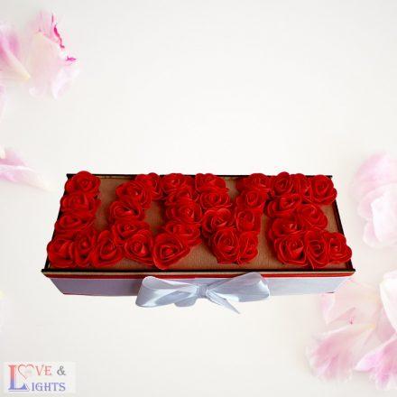 LOVE felirat rózsából fa dobozban